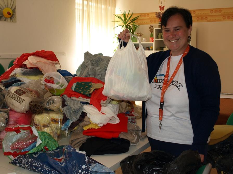 klienti chránenej dielne Dom svitania v Jakubove vyrobia z darovaného textilu úžitkové predmety