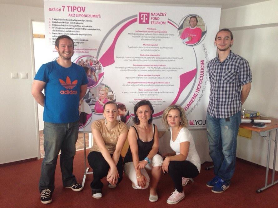 Róbert Šarina učí posunkový jazyk aj predajcov Slovek Telekomu.