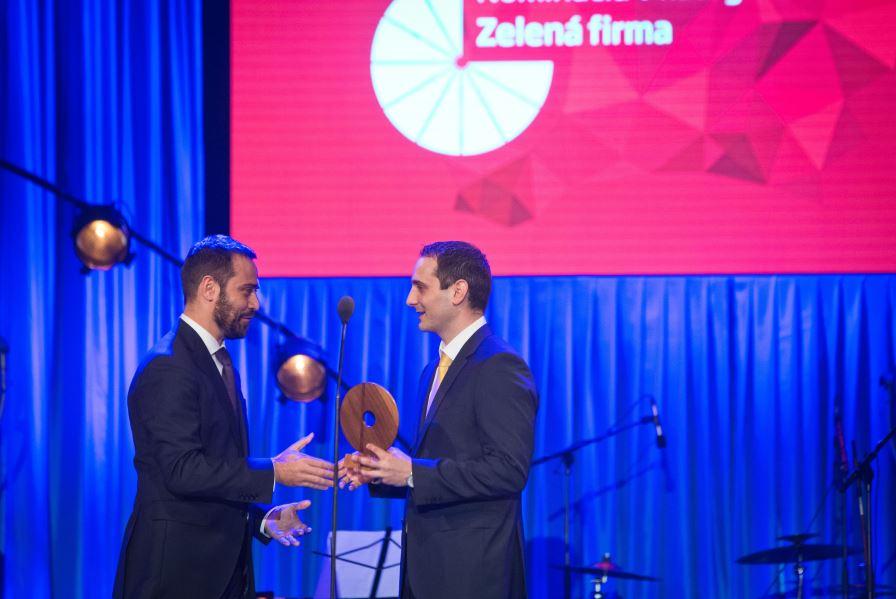 Predstaviteľ spoločnosti GreenCoop družstvo Zsolt Bindics preberá ocenenie Via Bona Slovakia 2015.