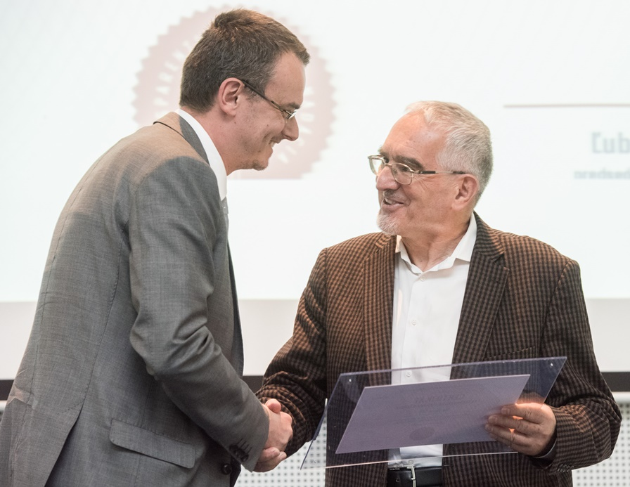 Martin Bútora odovzdáva ocenenie Ondrejovi Šebestovi z Nadácie SPP