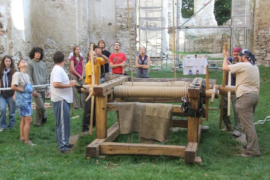 Rekonštrukcia kostola za pomoci rumpálu ako v 17. storočí. (zdroj: www.katarinka.sk)