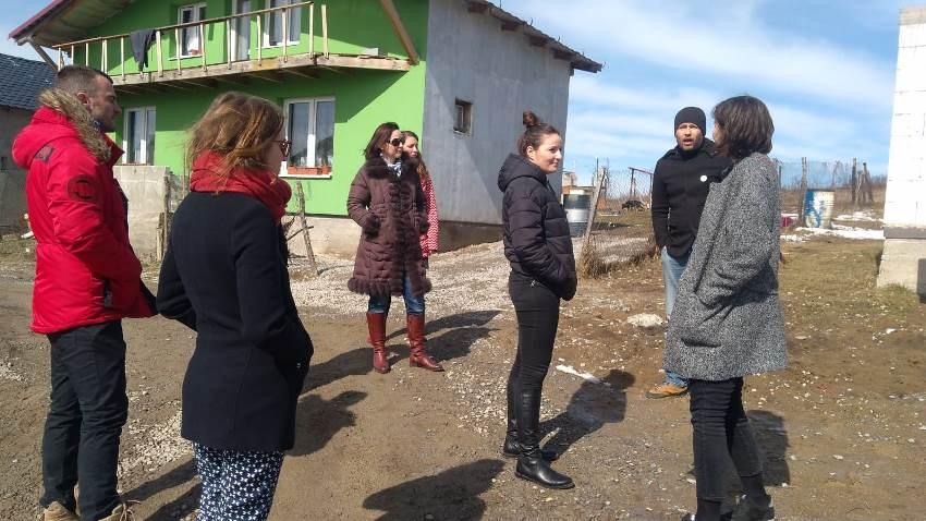 Pohľad na stretnutie v Rankovciach a obhliadku nízkonákladových domčekov projektu DOM.ov